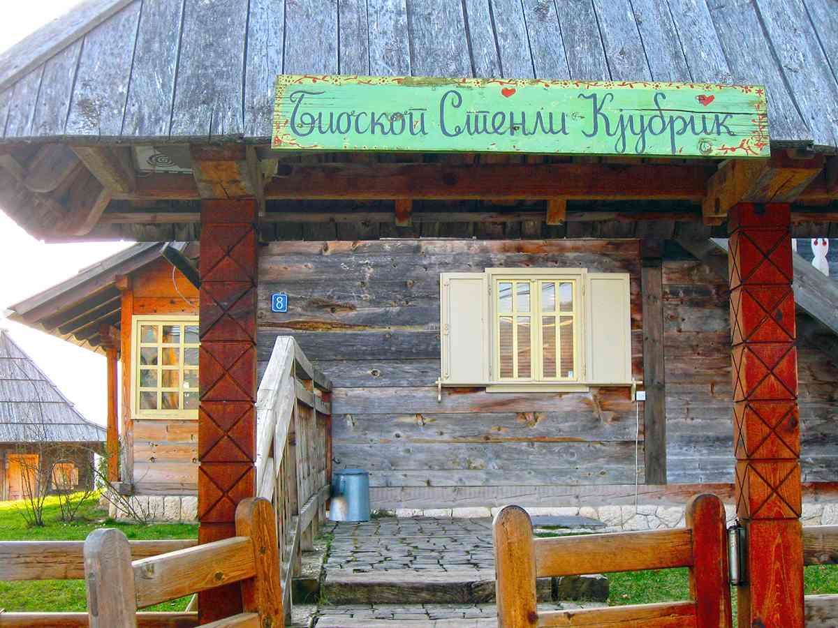 Drvengrad, Mokra Gora, drvena kuća, bioskop Stenli Kjubrik