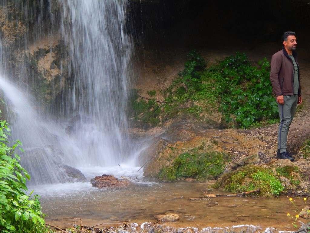 Vodopad Bigar, Stara Planina, muškarac stoji kraj vodopada i fotografiše se