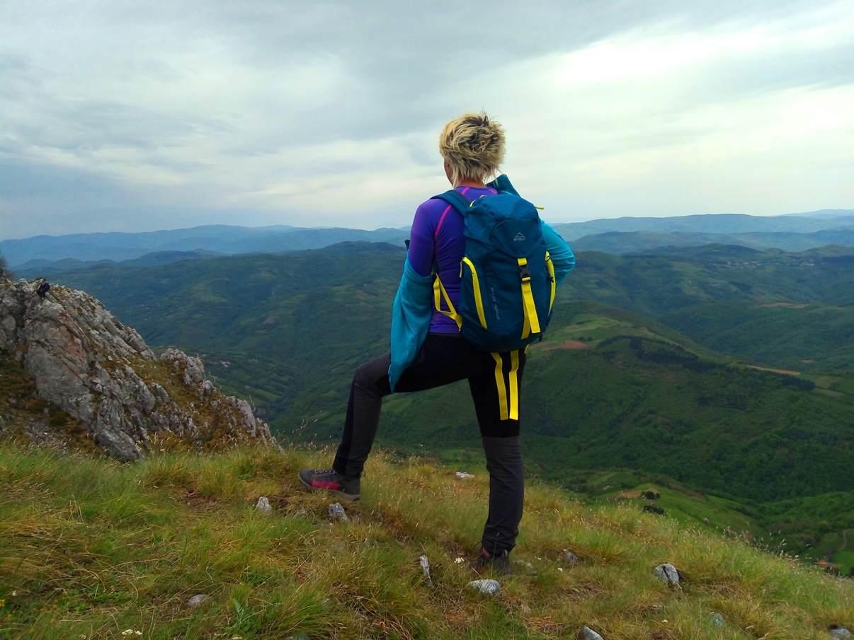 Mučanj, devojka okrenuta ledjima posmatra vidik, panorama, planine u obzorju