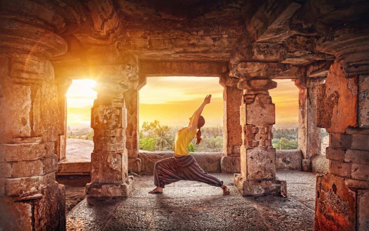 Devojka radi jogu u hramu, joga