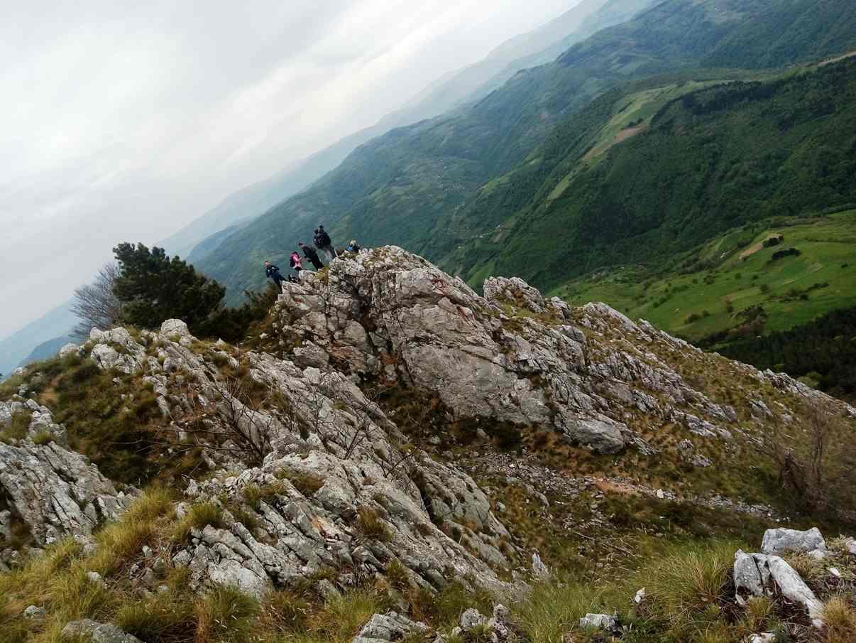 Mučanj, grupa planinara stoji na vrhu stene
