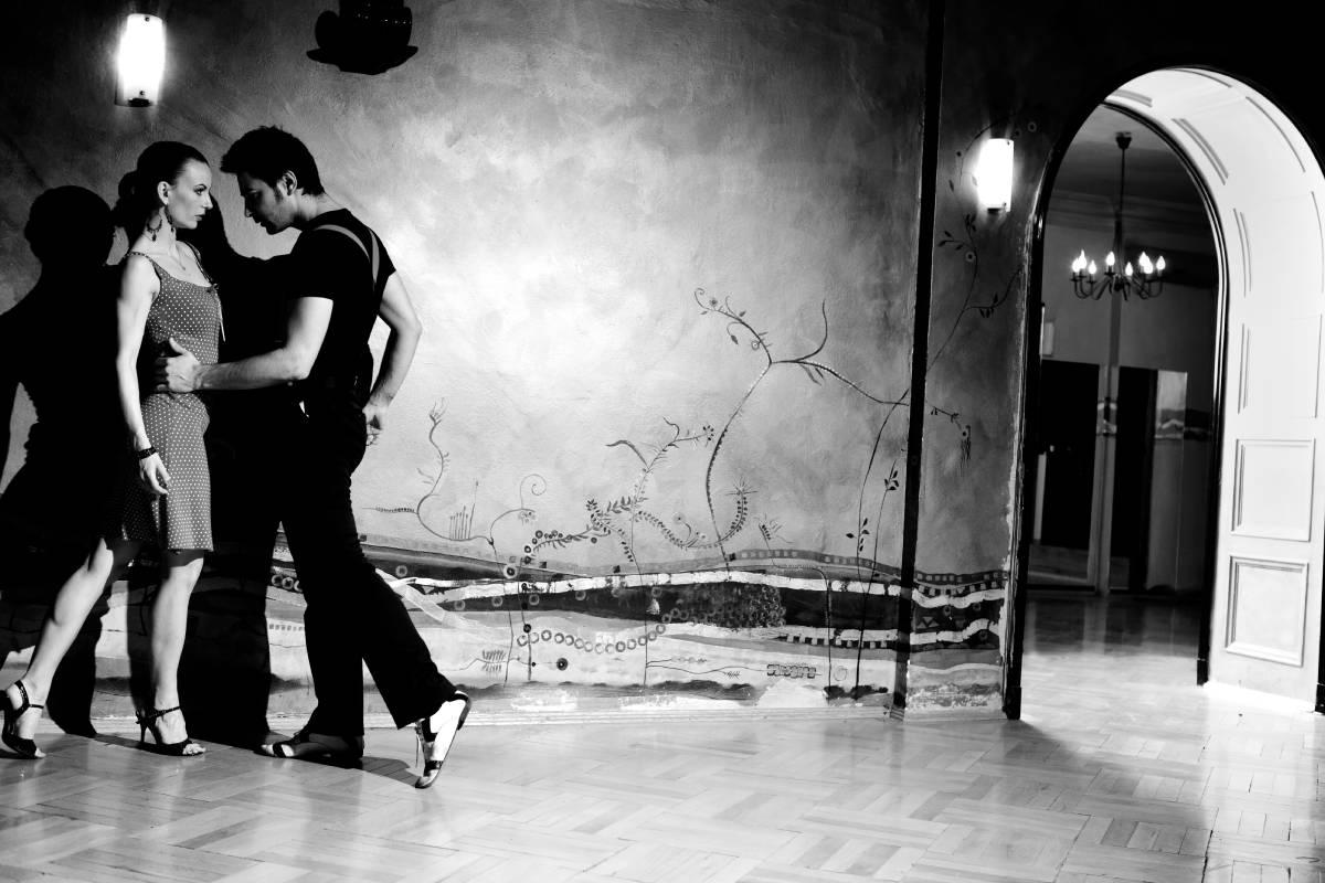 momak i devojka plešu tango, muzika, ples