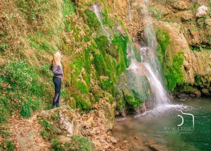 Vodopad Veliki buk, Beljanica, devojka stoji ispred vodopada